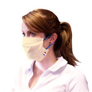 Masque blanc avec ficelles bleues porté par une femme